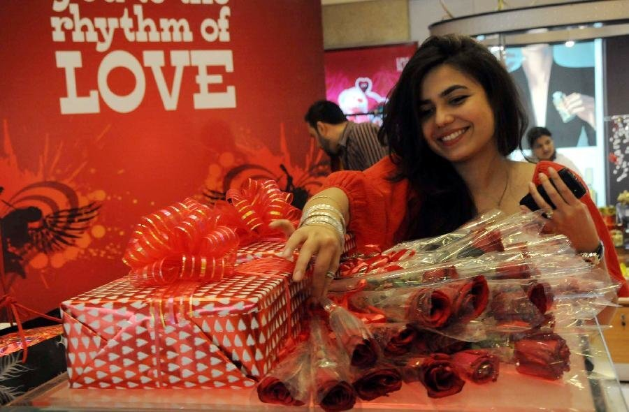 Lovers choose gift for Valentine's Day