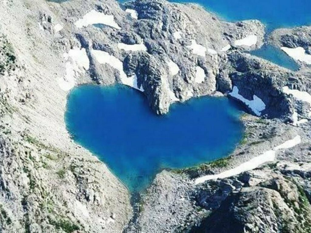 the_magical_&_beautiful_shimshal_lake_located_in_hunza_valley_gilgit_baltistan_pakistan1445246696